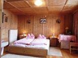 Doppelzimmer mit Holzvertäfelung
