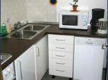 Separate Küche mit Mikrowelle und Geschirrspüler - Ferienwohnung Pelka Bad Toelz