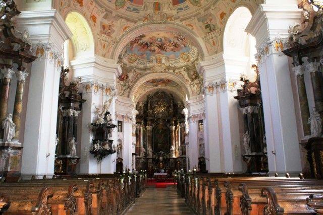 Die Stiftskirche ist mit wertvollen Kunstwerken von Johann Georg Üblher, Joseph Deutschmann und Bertolomeo Altomonte ausgestattet. - Engelhartszell Oberoesterreich